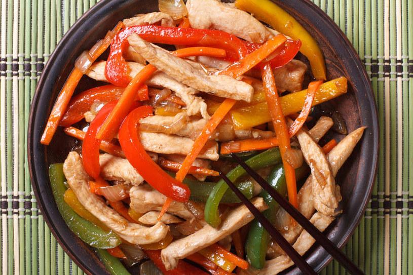 Ilość sosu można dowolnie zmieniać, np. redukując go na ogniu /123RF/PICSEL