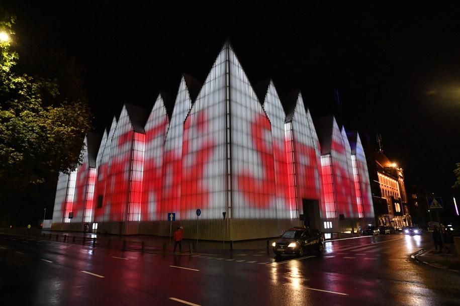 """Iluminacja w hołdzie """"Solidarności"""" na budynku Filharmonii im. Mieczysława Karłowicza w Szczecinie /Marcin Bielecki   /PAP"""