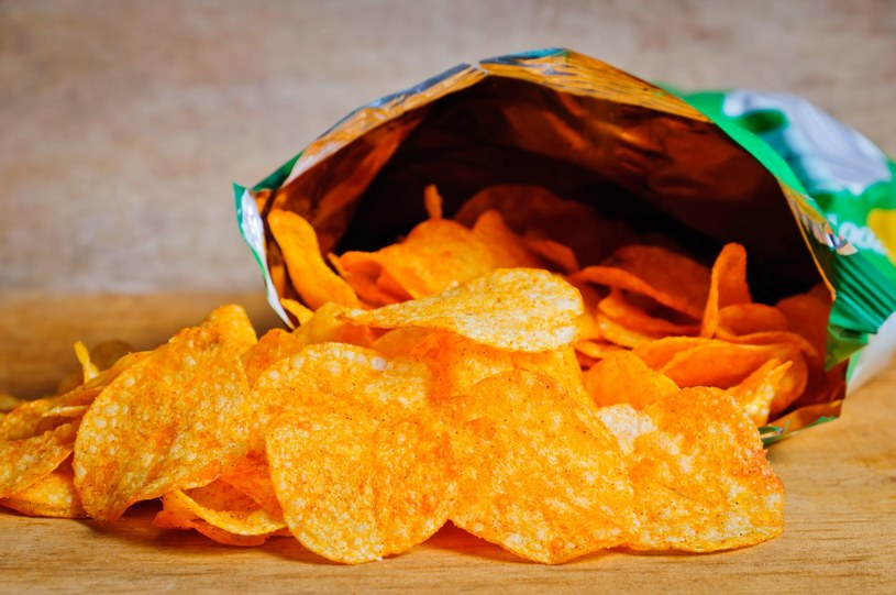 Im bardziej chrupkie chipsy, tym mają więcej niezdrowego tłuszczu /123RF/PICSEL