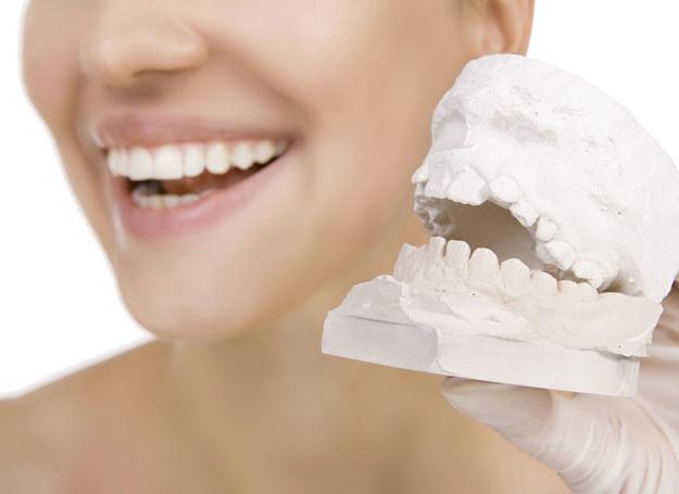 Im bielsze i bardziej równe zęby, tym większa szansa na osiągnięcie życiowego sukcesu /123RF/PICSEL
