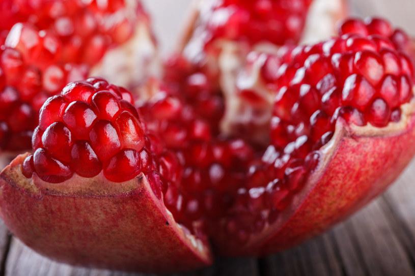 Im ciemniejsza skórka, tym owoc bardziej dojrzały /123RF/PICSEL
