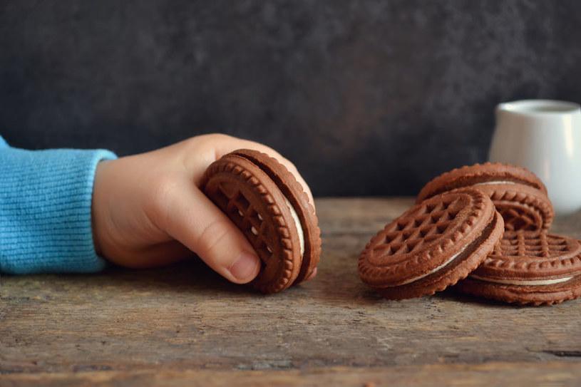 Im częściej dziecko ma dostęp do wysokosłodzonej żywności, tym więcej cukru będzie z czasem potrzebowało /123RF/PICSEL
