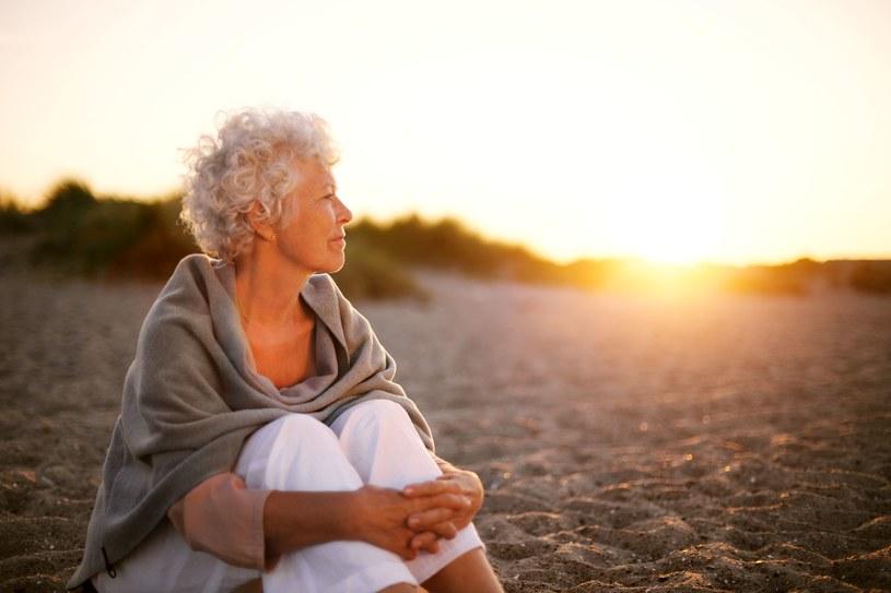 Im jesteśmy starsze tym bardziej powinnyśmy uważać na upały. Odpowiednia dieta, ruch i ochrona przed słońcem to podstawa /123RF/PICSEL