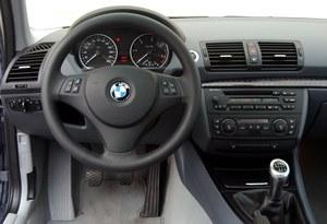 Im nowszy egzemplarz, tym lepsze wykonanie. We wczesnych autach (jak na zdjęciu), wykończenie konsoli środkowej rozczarowuje nieestetycznym plastikiem. /Motor