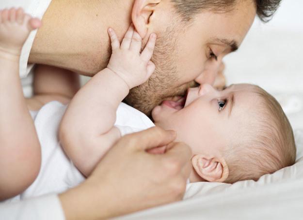 Im większa liczba dzieci, tym niższy poziom testosteronu. Ale tylko u mężczyn z wyższym wykształceniem. /123RF/PICSEL