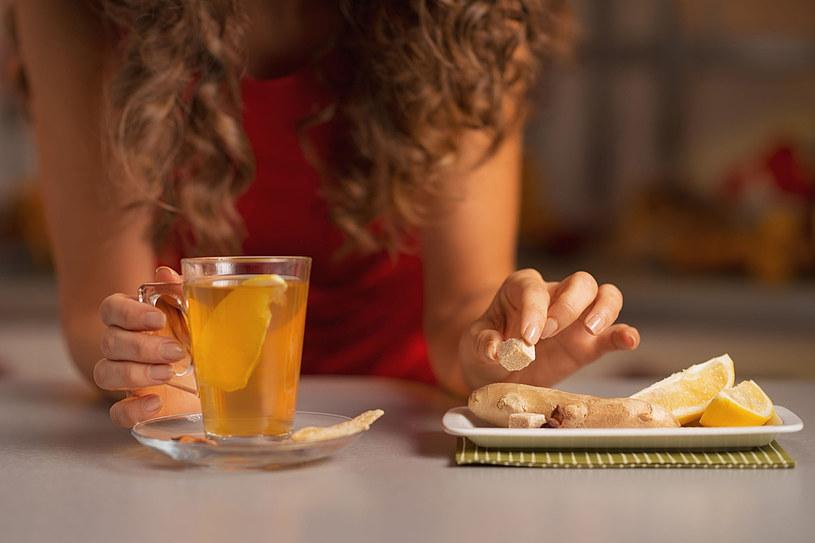Imbir ma silnie działanie rozgrzewające. Pij herbatę z jego dodatkiem i cytryną /123RF/PICSEL