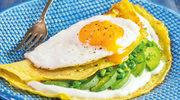 Imbirowe naleśniki z zielonej soczewicy z awokado i jajkiem