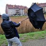 IMGW ostrzega: Silny wiatr na północy i południu kraju