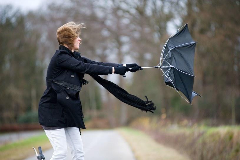 IMGW: Ostrzeżenia przed intensywnymi opadami deszczu i silnym wiatrem /123RF/PICSEL