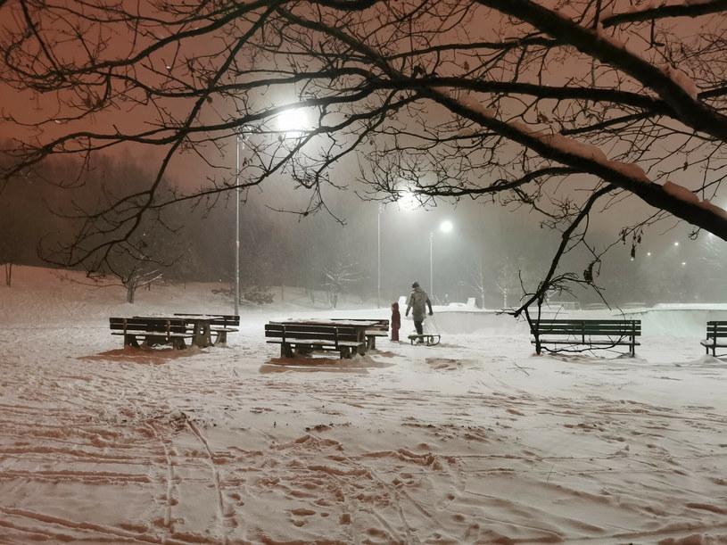IMGW: W nocy nadal intensywny śnieg na wschodzie Polski; spadnie nawet do 15 cm świeżego śniegu /ANDRZEJ ZBRANIECKI /East News