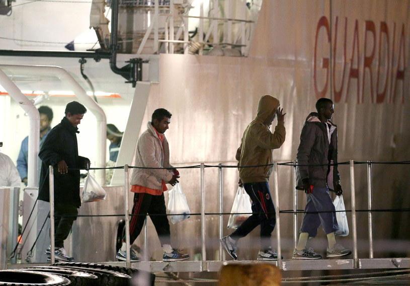Imigranci, którzy ocaleli z katastrofy kutra w Cieśninie Sycylijskiej /PAP/EPA