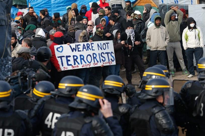 """Imigranci na terenie """"dżungli"""" koło Calais /LAURENT DUBRULE    /PAP/EPA"""