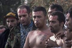 Imigranci na znak protestu zaszywają sobie usta