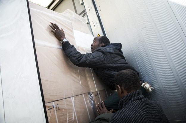 Imigranci próbują chować się w ciężarówkach /ETIENNE LAURENT /PAP/EPA