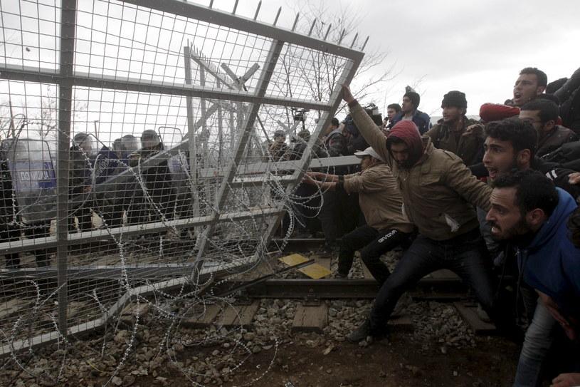 Imigranci sforsowali ogrodzenie na granicy grecko-macedońskiej /REUTERS/Alexandros Avramidis  /Agencja FORUM