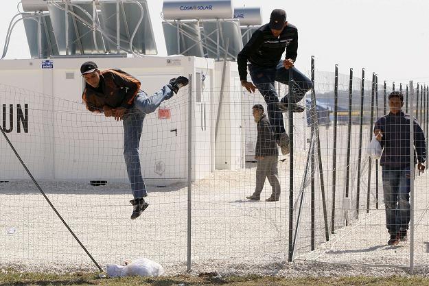 Imigranci uciekają z miasteczka niamiotowego w Mandurii w Apulii /AFP