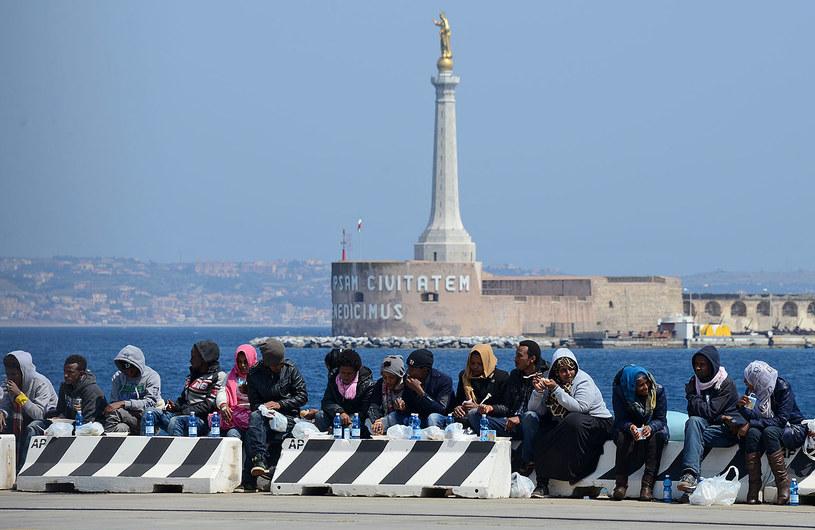 Imigranci w sycylijskim porcie /AFP