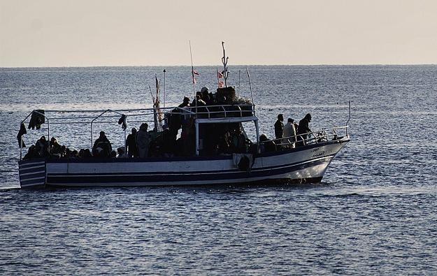 Imigranci z Tunezji u wybrzeży włoskiej wyspy /AFP