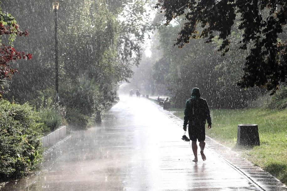 IMiGW wydał w niedzielę ostrzeżenia pierwszego stopnia przed silnym deszczem z burzami dla woj. dolnośląskiego i części woj. lubuskiego /Wojciech Olkuśnik /PAP