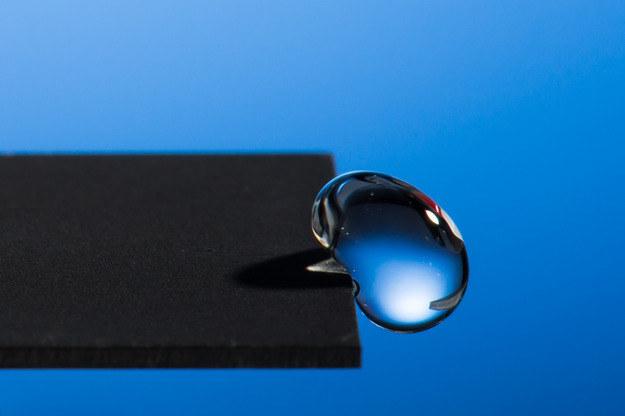 Imponujące własnosci hydrofobowe naciętej laserem płytki Fot. J. Adam Fenster/ University of Rochester /RMF24