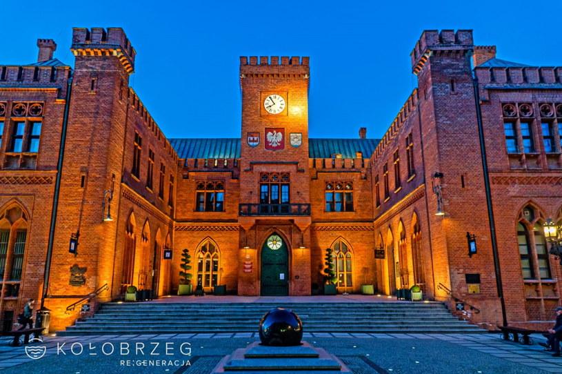 Imponujących rozmiarów Ratusz Miejski przypomina wyglądem średniowieczny zamek obronny. Przed wejściem znajduje się ruchoma, granitowa kula ziemska /materiały prasowe