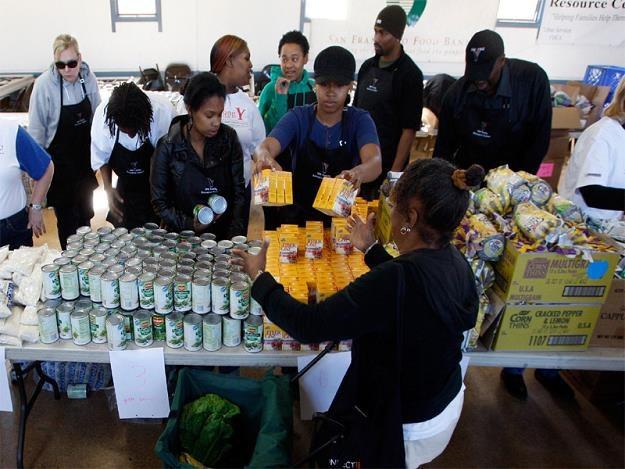 Importowana, fałszywa żywność jest tańsza od tej oferowanej przez lokalnych producentów /AFP