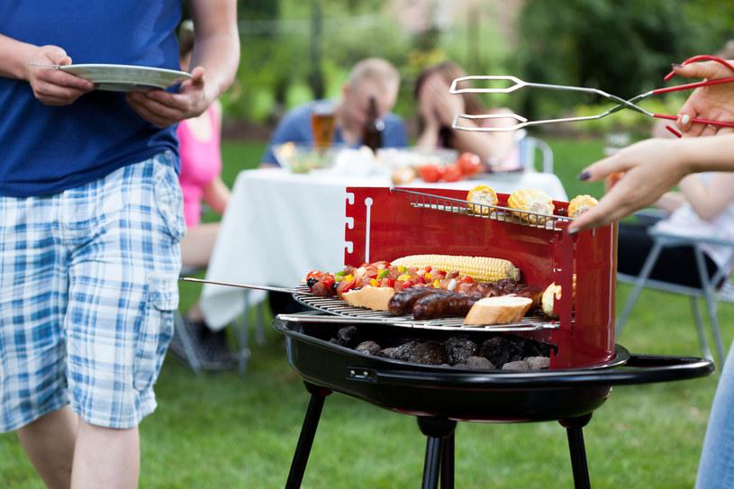 Impreza przy grillu to okazja do spotkania, rozmów, nadrobienia zaległości towarzyskich /123RF/PICSEL