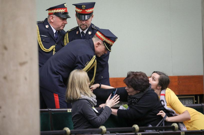 Incydent na galerii sejmowej. Posłanka Klaudia Jachira z prawej /Andrzej Iwańczuk /Reporter