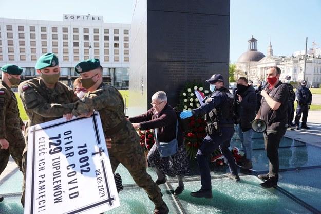 Incydent z udziałem aktywistki znanej jako Babcia Kasia (C) podczas obchodów miesięcznicy katastrofy smoleńskiej, 10 bm. na placu Piłsudskiego w Warszawie. Pod pomnikiem Ofiar Tragedii Smoleńskiej interweniowała policja. / Leszek Szymański    /PAP