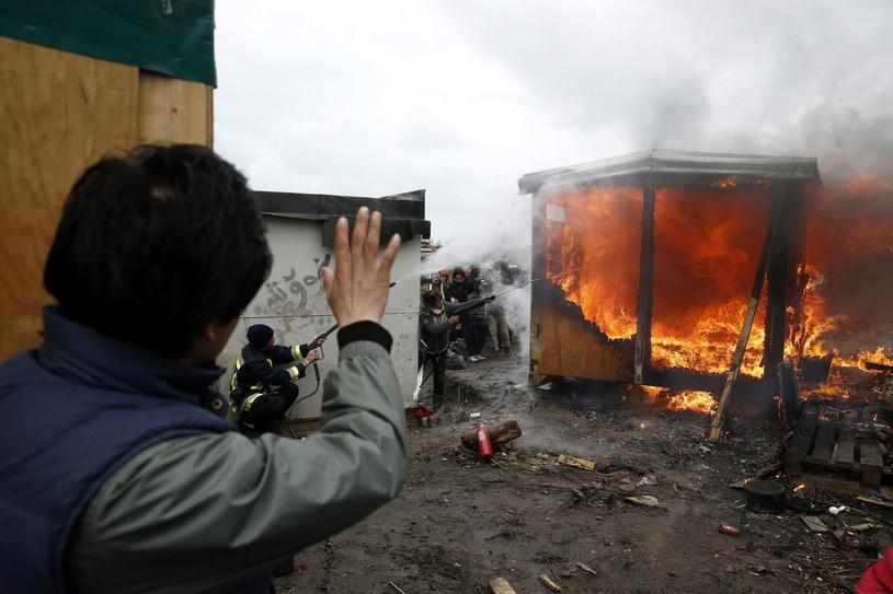 Incydenty z udziałem uchodźców podczas ewakuacji obozu w Calais /PAP/EPA