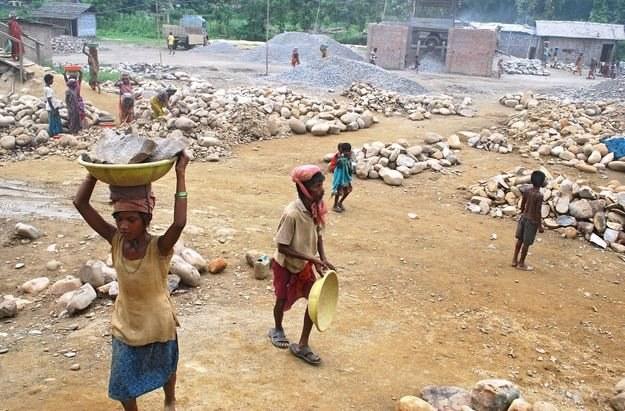 Indie: Dzieci pracujące w kamieniołomie /AFP