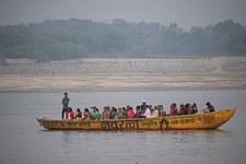 Indie: Mieszkańcy wioski Sisaura wskoczyli do rzeki, aby uniknąć szczepień