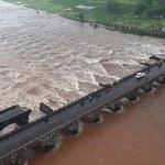 Indie: Odnaleziono ciała 14 osób, które zginęły po zawaleniu się mostu
