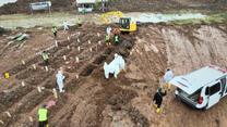 Indonezja walczy z koronawirusem. Tak wygląda pochówek ofiar na prowizorycznym cmentarzu