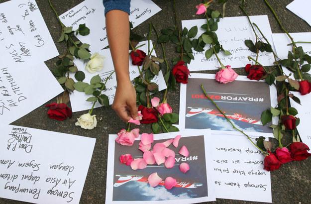 Indonezyjczycy oddają hołd zaginionym pasażerom AirAsia fot. Aman Rochman /AFP