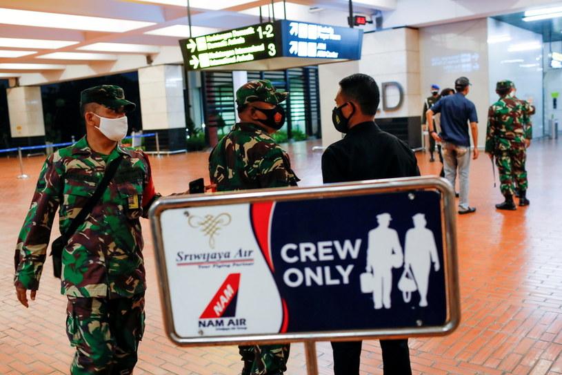 Indonezyjscy żołnierze na lotnisku Soekarno-Hatta po zaginięciu samolotu nr SJ182. /WILLY KURNIAWAN /Agencja FORUM
