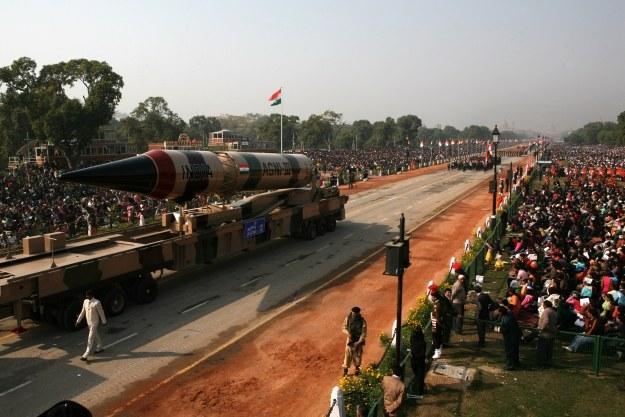 Indyjski pocisk Agni III, mogący przenosić ładunki nuklearne, na paradzie w Nowym Delhi /AFP