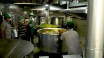 Indyjskie kuchnie wydają posiłki tysiącom robotników