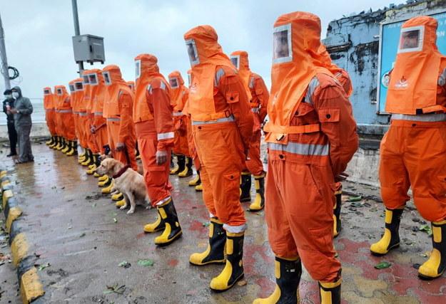 Indyjskie służby przygotowujące się do przeprowadzenia akcji ratunkowej i oczyszczenia drogi po uderzeniu cyklonu Tauktae w Bombaj /NATIONAL DISASTER RESPONSE FORCE / HANDOUT /PAP/EPA