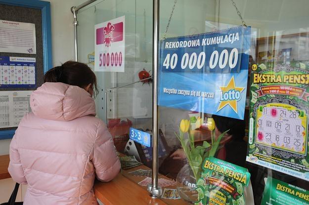 Informacja o rekordowej kumulacji, w jednym z punktów Lotto w Szczecinie/fot. M. Bielecki /PAP