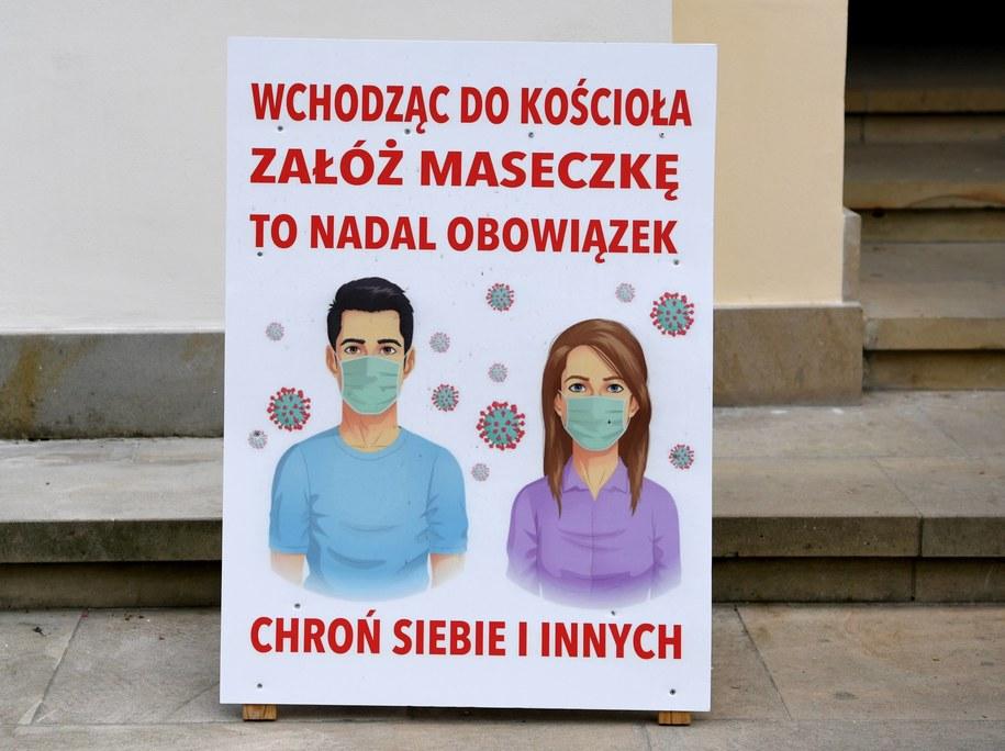 Informacja przed wejściem do kościoła pod wezwaniem Znalezienia Krzyża Świętego w Sanktuarium w Kalwarii Pacławskiej /Darek Delmanowicz /PAP