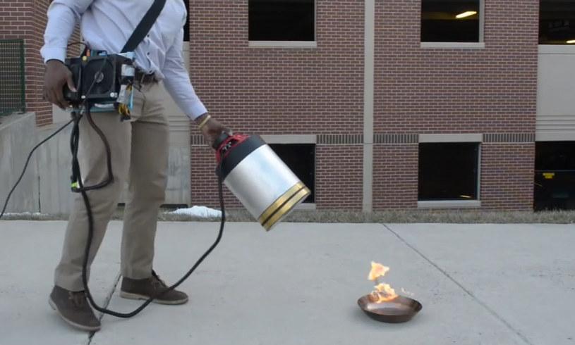 Infradźwięki wystarczają do ugaszenia niewielkiego ognia. /YouTube