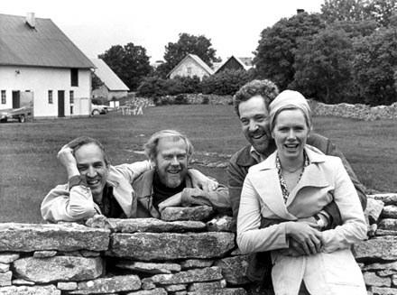 Ingmar Bergman (pierwszy z lewej) ze współpracownikami na wyspie Farö /AFP