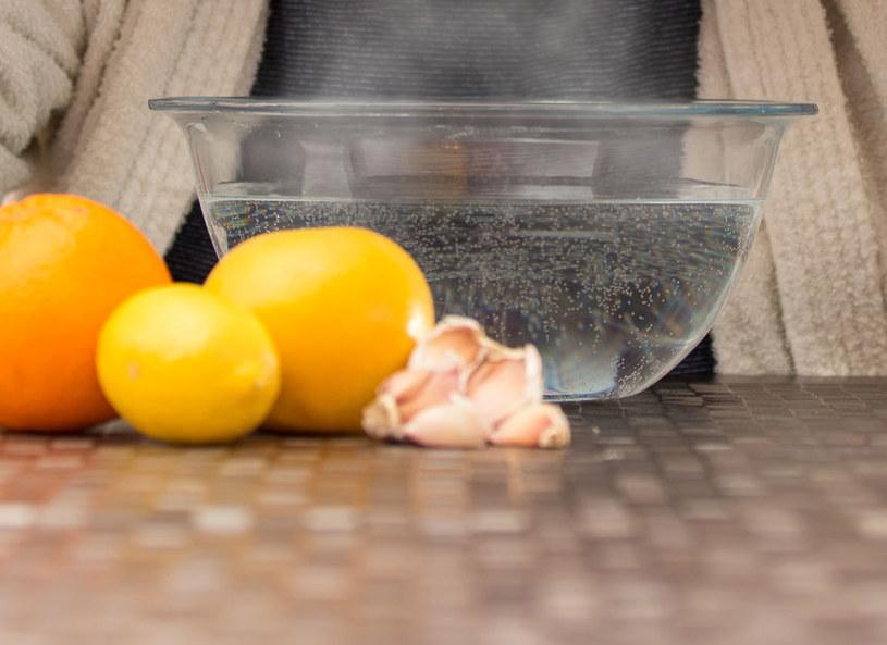 Inhalacja z dodatkiem olejków szybko uleczy podrażnioną krtań /123RF/PICSEL