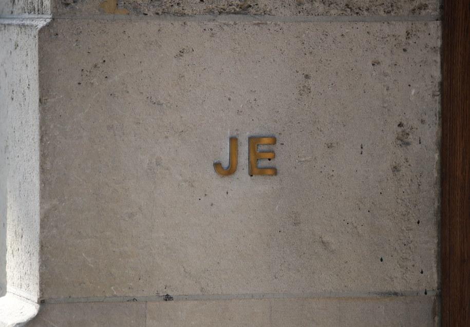Inicjały Jeffrey'a Epsteina na ścianie jego rezydencji /JASON SZENES    /PAP/EPA