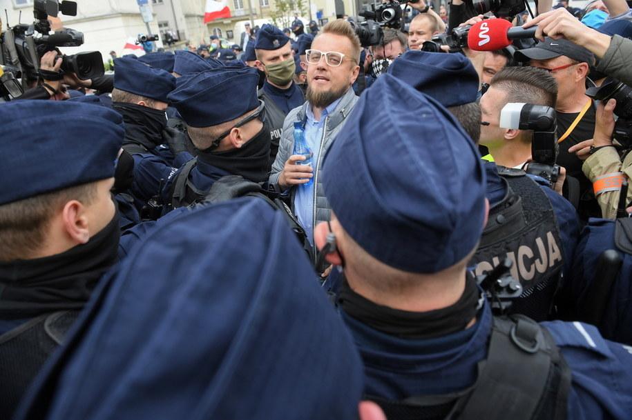 Inicjator protestu, kandydat na prezydenta Paweł Tanajno, wśród policjantów / Radek Pietruszka   /PAP