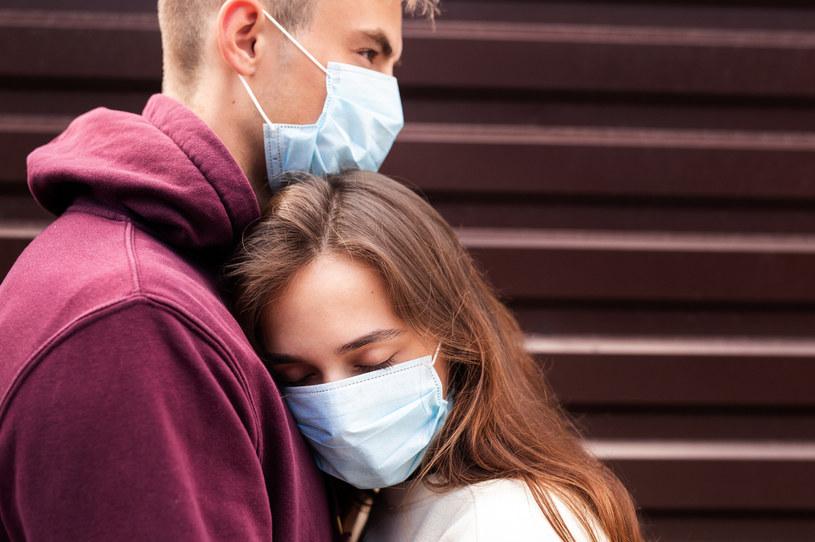 Inni domownicy mogą zarazić się COVID-19 od osoby chorej /123RF/PICSEL