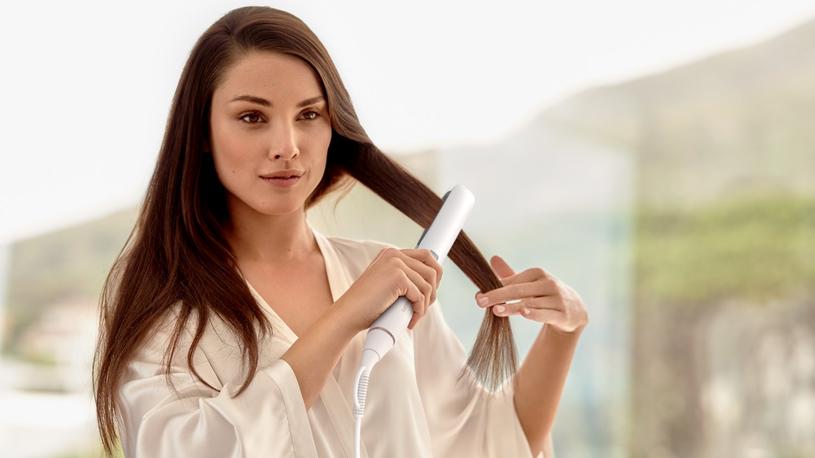 Innowacyjny czujnik w prostownicy MoistureProtect HP8374/00 diagnozuje włosy 30 razy na sekundę i dostosowuje temperaturę, aby zachować naturalne nawilżenie i chronić włosy przed zniszczeniem /materiały prasowe