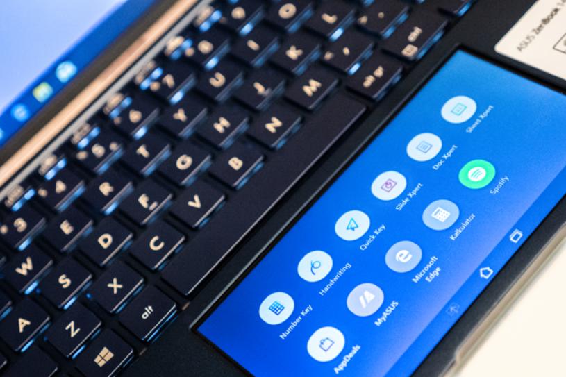 Инновационный трекпад ScreenPad 2.0 - это не обычный тачпад, а дополнительный 5,65-дюймовый экран /INTERIA.PL