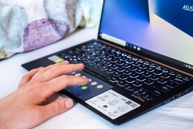 Innowacyjny touchpad może służyć jako drugi miniekran /INTERIA